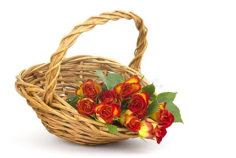 Rote und gelbe Rosen in einem Korb lizenzfreie stockfotografie