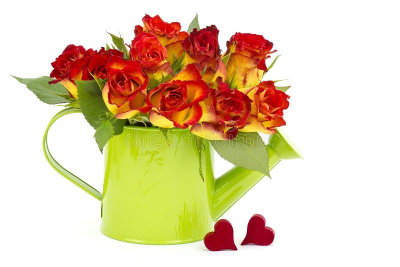 Rote und gelbe Rosen und Herzen lizenzfreie stockbilder