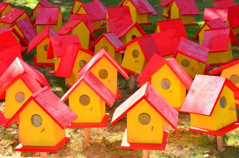 Rote und gelbe Vogelhäuser stockfotos