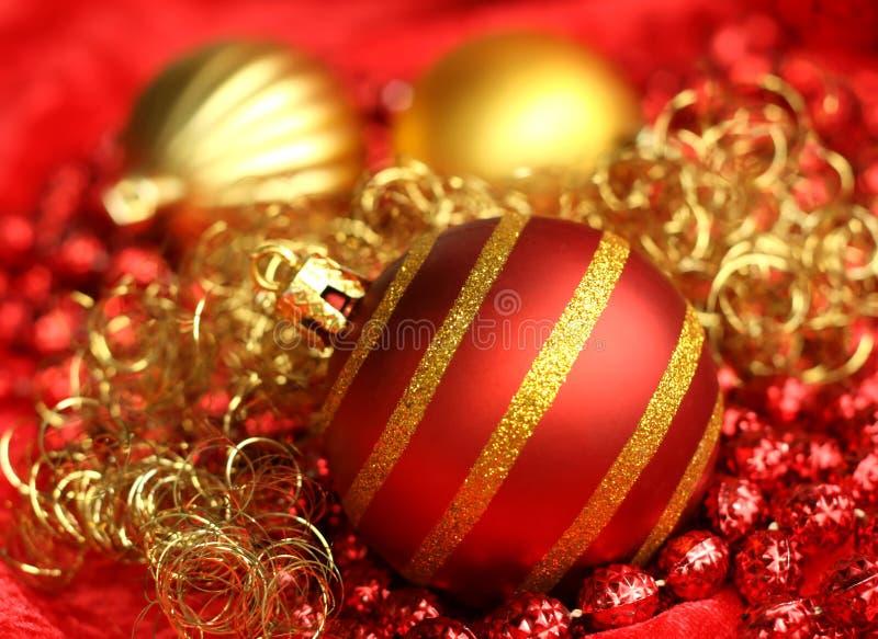 Rote und gelbe Weihnachtsspielwaren lizenzfreie stockbilder