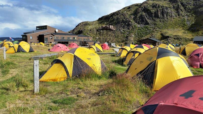 Rote und gelbe Zelte im Großen Lager Paine in Torres Del Paine NP im Patagonia, Chile lizenzfreie stockfotos
