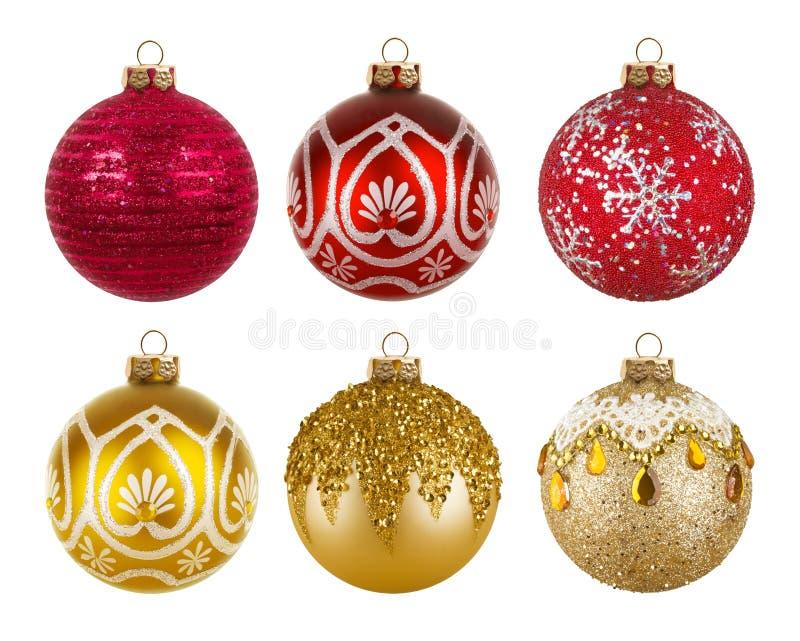 Rote und goldene bunte Weihnachtsbälle lokalisiert auf weißem Hintergrund stockfoto