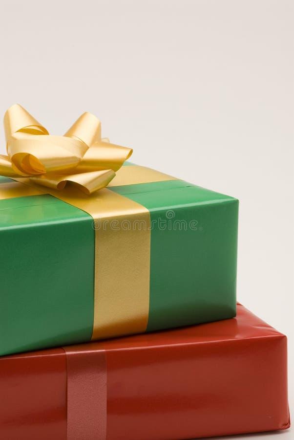 Rote und grüne Geschenkkästen stockfotos