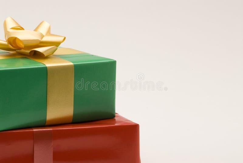 Rote und grüne Geschenkkästen stockfoto