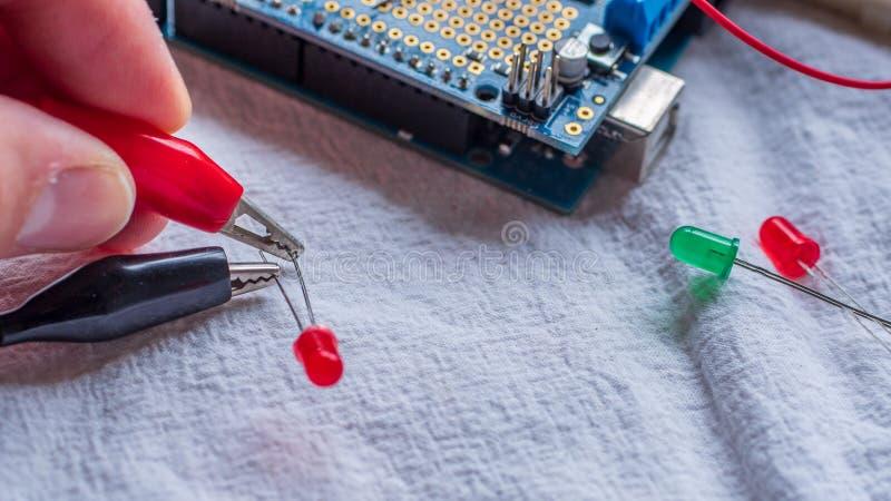 Rote und grüne LED-Lichter, die gebräuchliches als Teil einer Mikroreglergestalt gezeigt werden lizenzfreie stockbilder