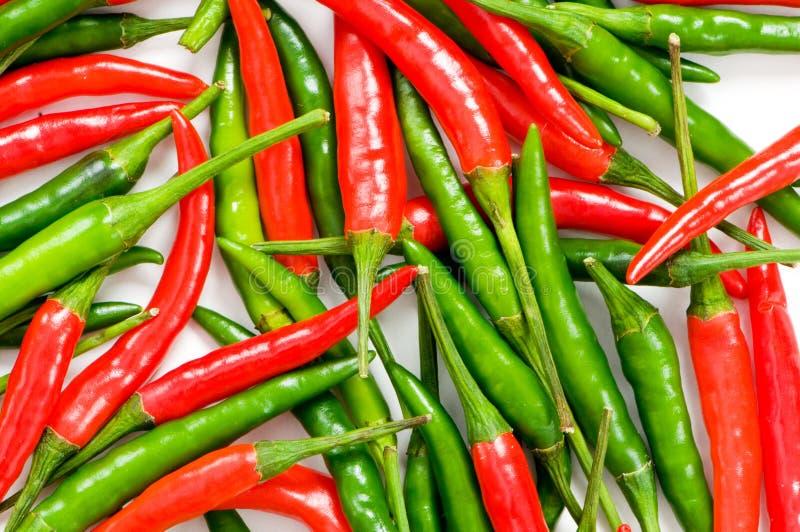 Rote und grüne Paprikapfeffer lizenzfreie stockfotos