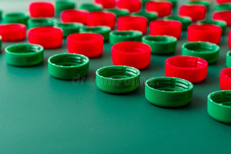 Rote und grüne Plastikabdeckungen von den HAUSTIER-Flaschen stockbilder