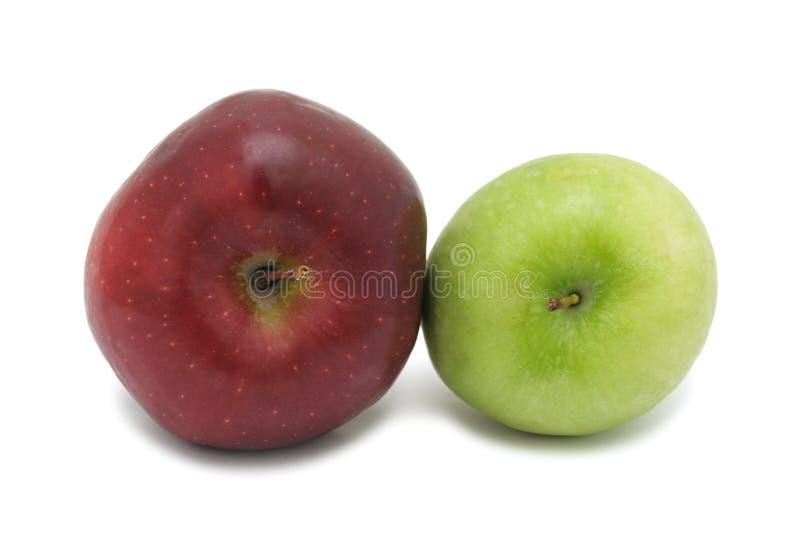 Rote und grüne reife Äpfel, getrennt stockbilder