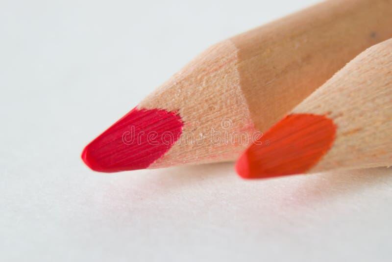 Rote und rosa Bleistifte auf weißem Hintergrund stockbild