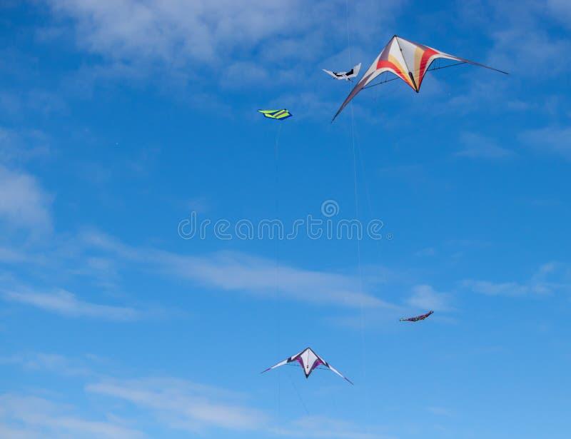 Rote und weiße Drachen, die in blauen Himmel mit bewölktem in Andora, Italien fliegen lizenzfreies stockfoto