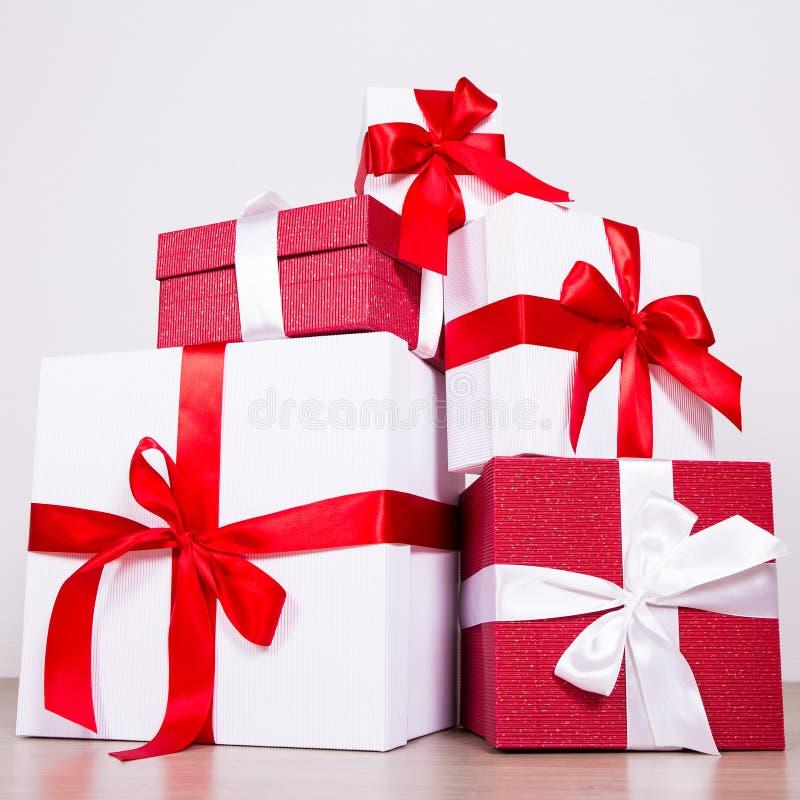 Rote und weiße Geschenkboxen des Geburtstags- oder Weihnachtskonzeptes - lizenzfreie stockfotos