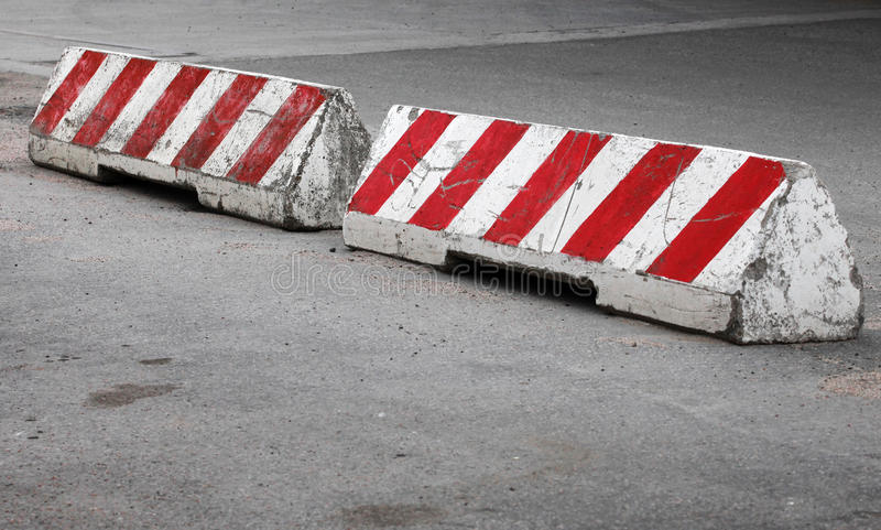 Rote und weiße gestreifte Betonstraßesperren lizenzfreies stockfoto