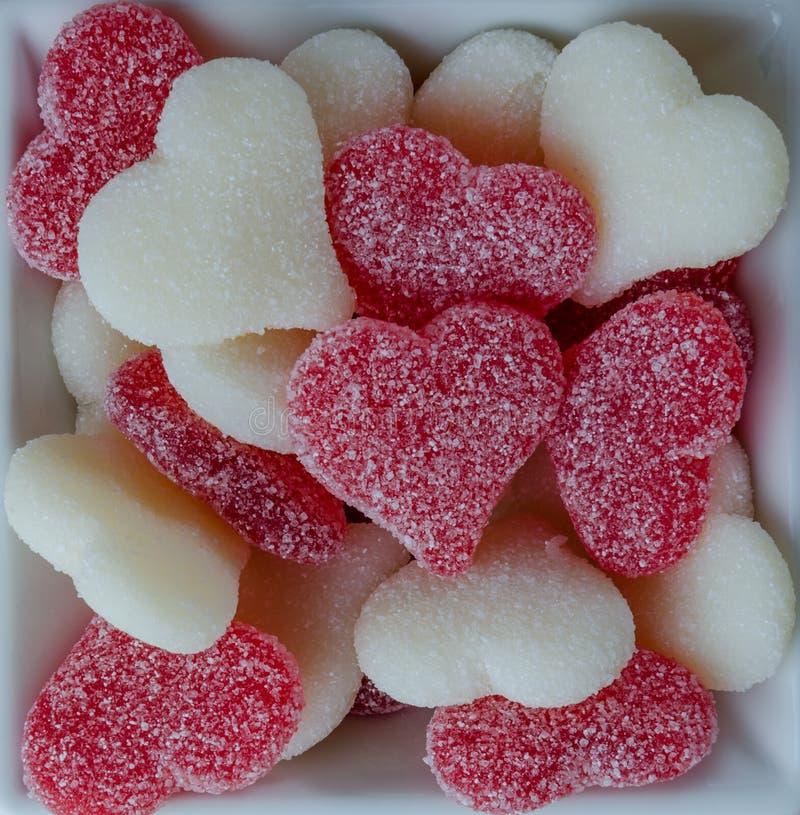 Rote und weiße gummiartige Herzen in der Schüssel auf Weiß stockfotografie