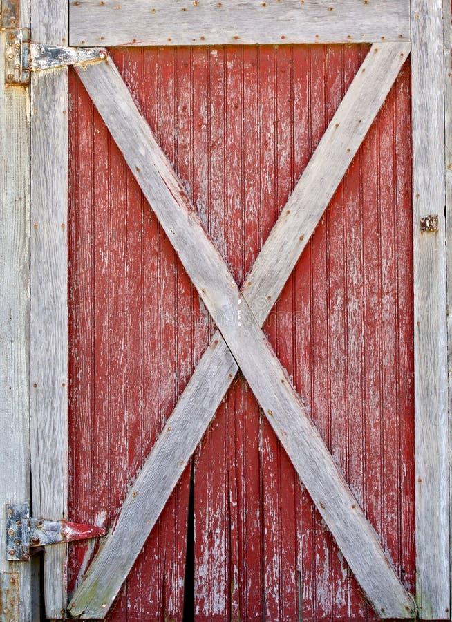 Rote und weiße Scheunen-Tür stockfotografie