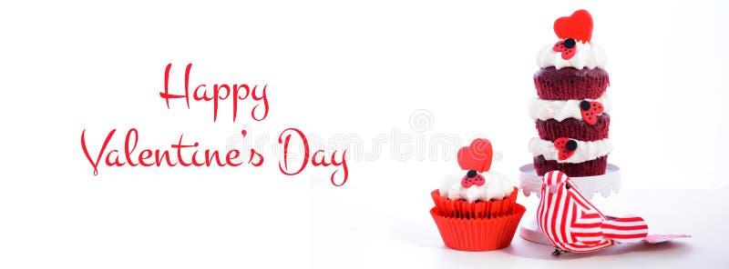 Rote und weiße Social Media- und Netzfahne des Valentinstagkleinen kuchens der dreifachen Schicht stockfotos