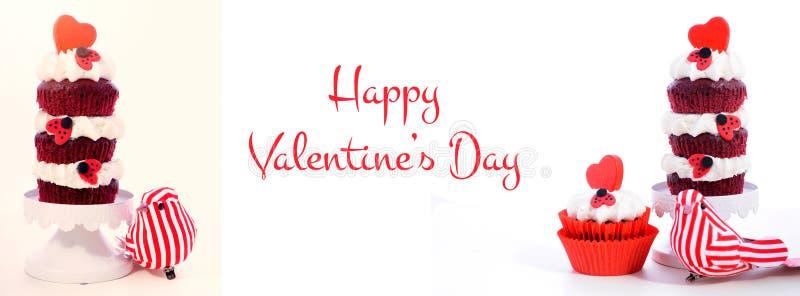 Rote und weiße Social Media- und Netzfahne des Valentinstagkleinen kuchens der dreifachen Schicht lizenzfreie stockfotos