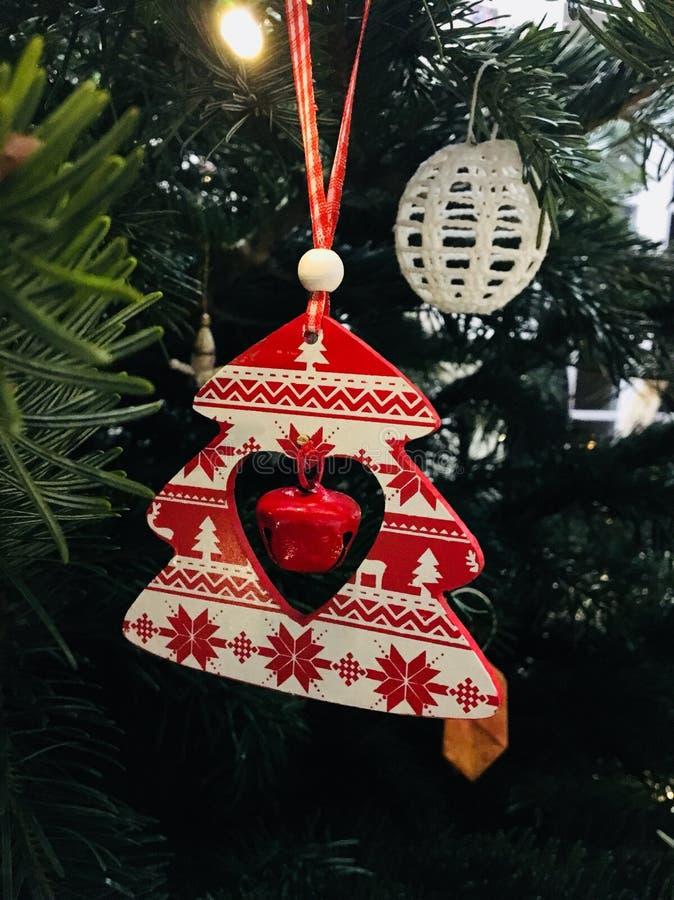 Rote und weiße Weihnachtsbaumdekoration stockfoto