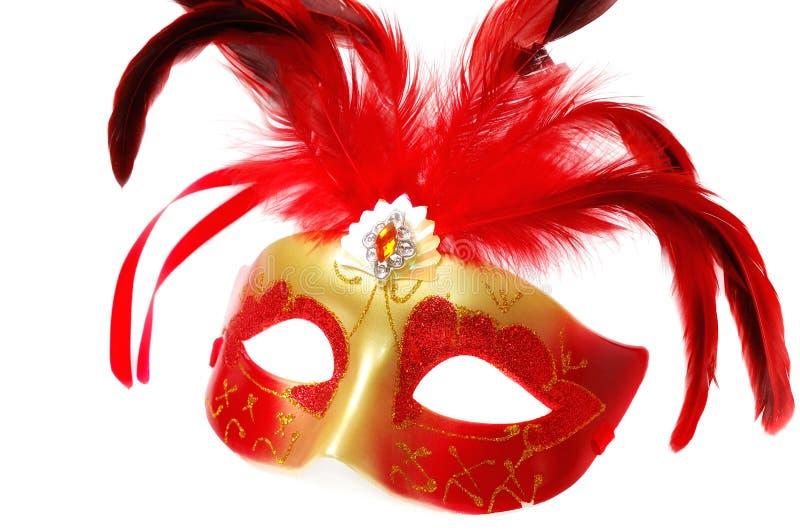 Rote venetianische Karnevalsmaske mit Federn auf dem Weiß lizenzfreie stockbilder