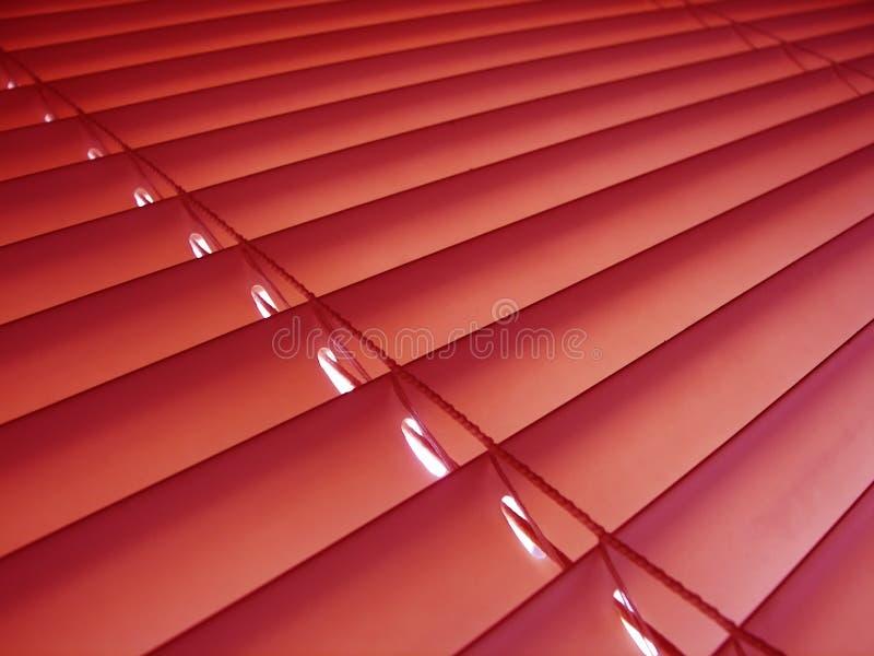 Rote venitian Vorhänge. lizenzfreies stockbild