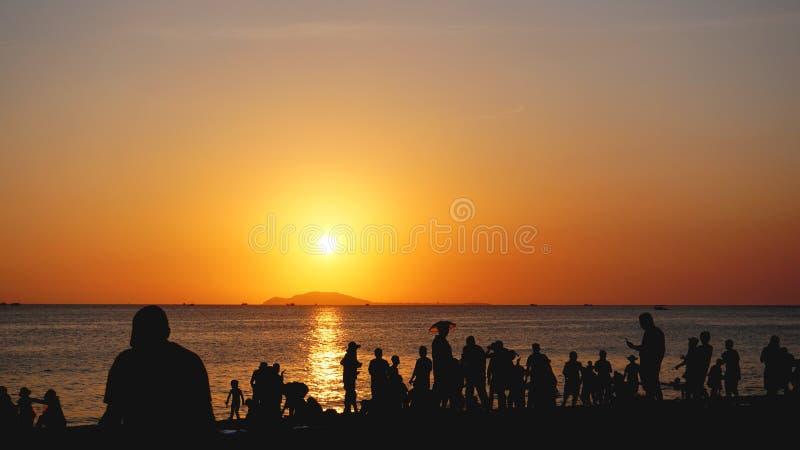 Rote vibrierende Farben Strand und Sonnenunterganghimmel Palmeschattenbild auf Sonnenuntergang tropisches beach stockfoto