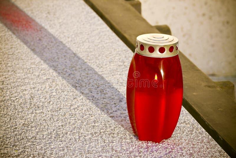 Rote votive Plastikkerze aus die Grund - Bildesprit-Kopienraum stockfotos