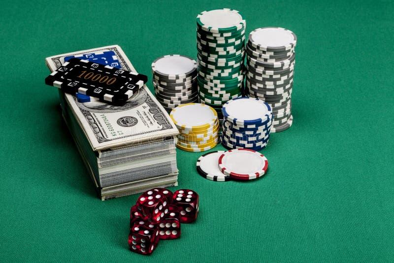 Rote Würfel und Geld stockfoto