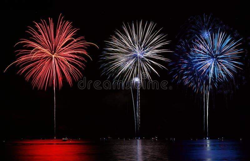 Rote, weiße u. blaue Feuerwerke lizenzfreie stockbilder