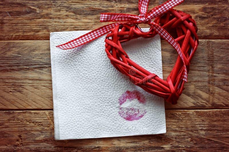 Rote Weidenherzen und Papierserviette stockfotografie