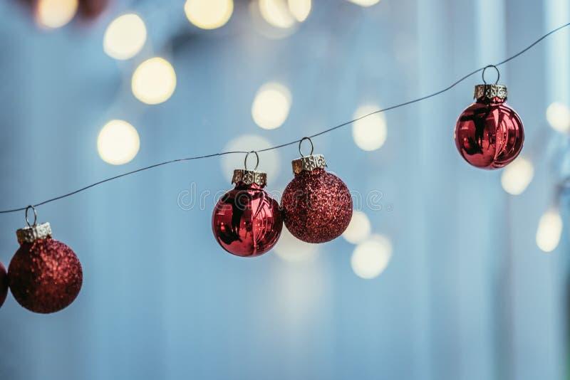 Rote Weihnachtsbälle mit Dekoration auf glänzendem Hintergrund, draußen lizenzfreie stockbilder