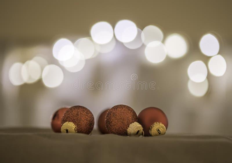 Rote Weihnachtsb?lle mit Dekoration auf gl?nzendem Hintergrund stockfotografie
