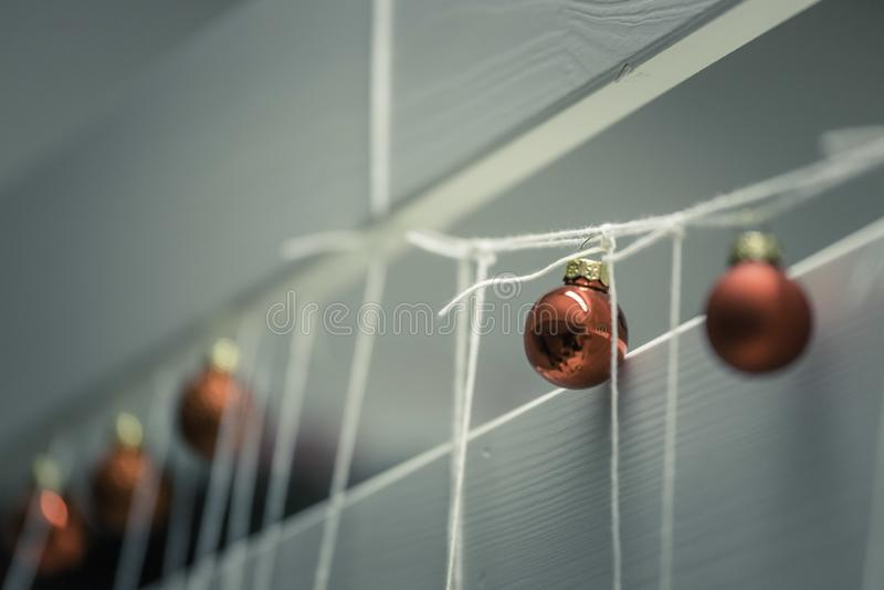 Rote Weihnachtsb?lle mit Dekoration auf gl?nzendem Hintergrund stockbilder