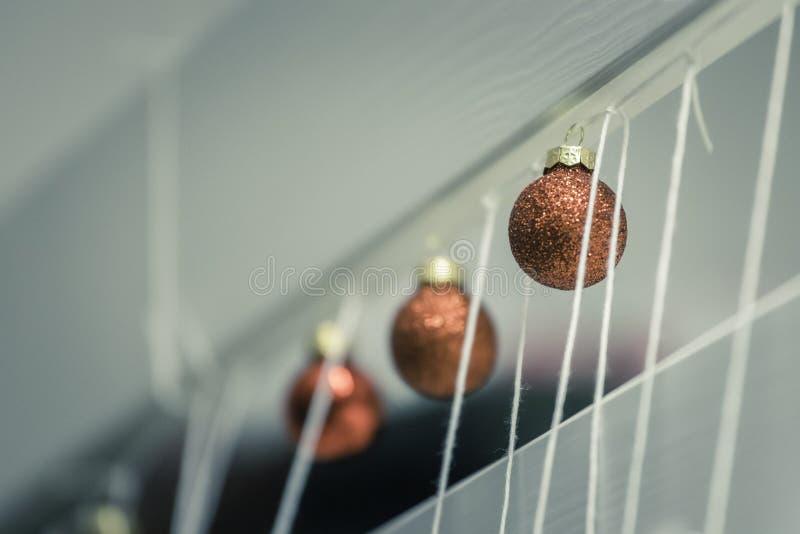 Rote Weihnachtsb?lle mit Dekoration auf gl?nzendem Hintergrund lizenzfreies stockbild