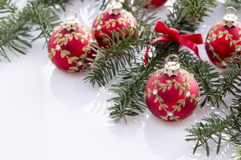 Rote Weihnachtsballdekorationen lizenzfreie stockfotografie