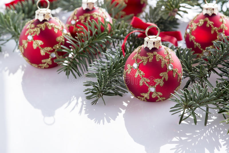 Rote Weihnachtsballdekorationen lizenzfreie stockfotos