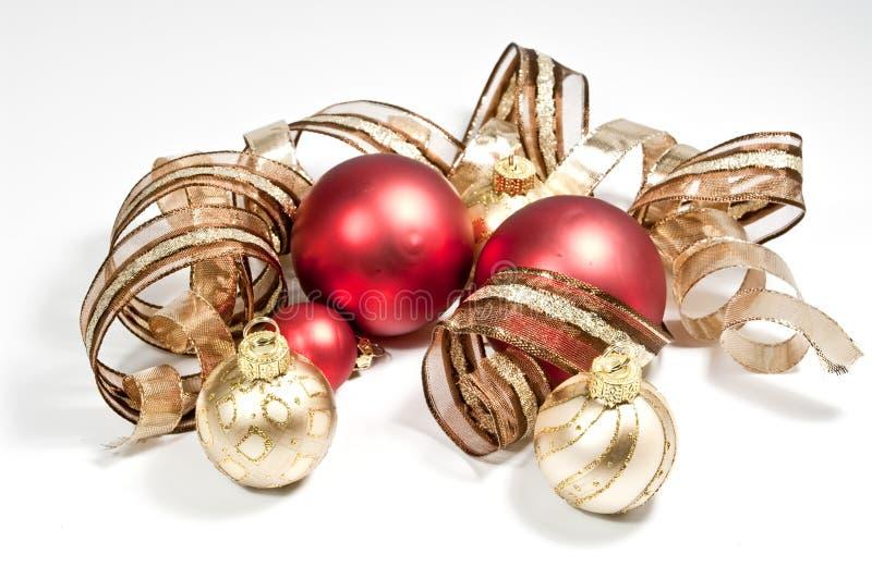 Rote Weihnachtsbaumkugeln stockfotografie