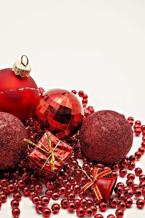 rote Weihnachtsdekoration, Bälle, Perlen, Glockennahes oben lokalisiert lizenzfreie stockbilder
