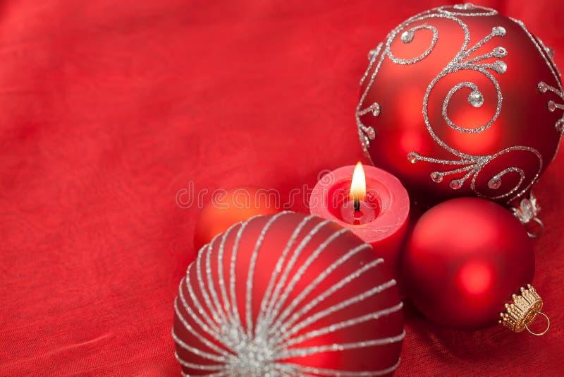 Rote Weihnachtsdekoration mit Kerzenlicht lizenzfreie stockfotografie