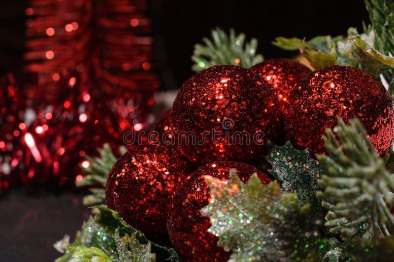 Rote Weihnachtsdekorationen mit Weihnachtsbaumast lizenzfreie stockbilder