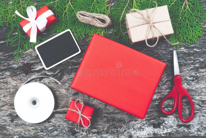 Rote Weihnachtsgeschenkboxen und Mitbringsel gesetztes vorbereitendes handmad stockfotos
