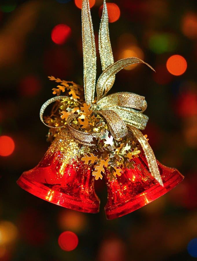 Rote Weihnachtsglocken auf dem Weihnachtsbaum stockbild