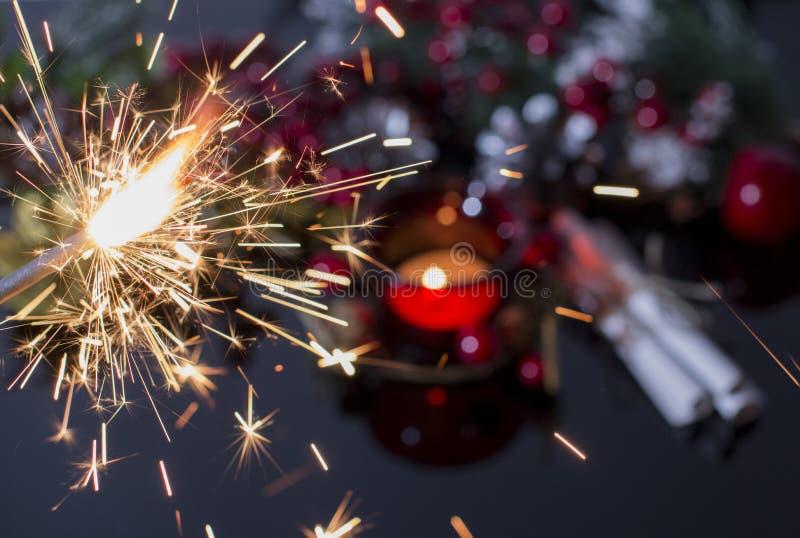 Rote Weihnachtskerze und Kieferzweig Bengal-Feuerfeuerwerke lizenzfreie stockbilder