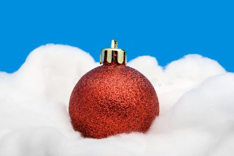 Rote Weihnachtskugel stockfotografie