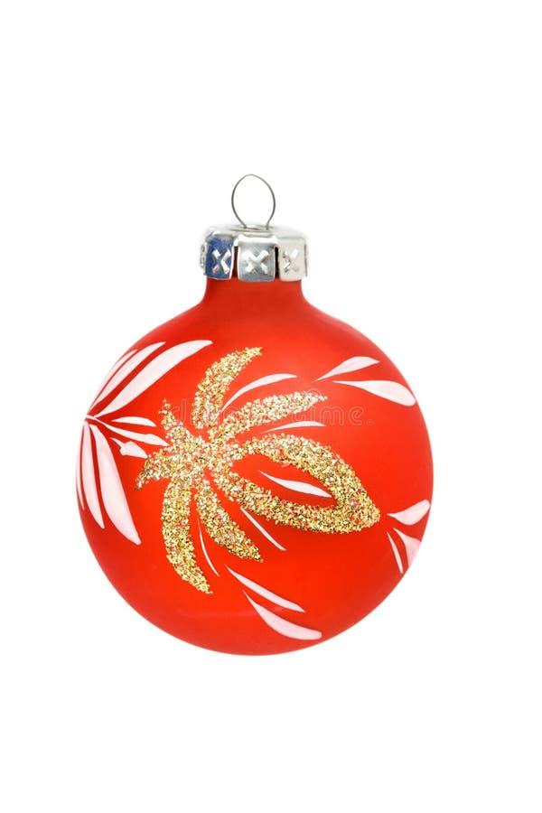 Rote Weihnachtskugel getrennt auf Weiß lizenzfreie stockfotografie