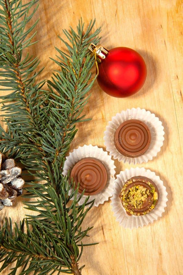 Rote Weihnachtskugel und -schokolade lizenzfreie stockfotos