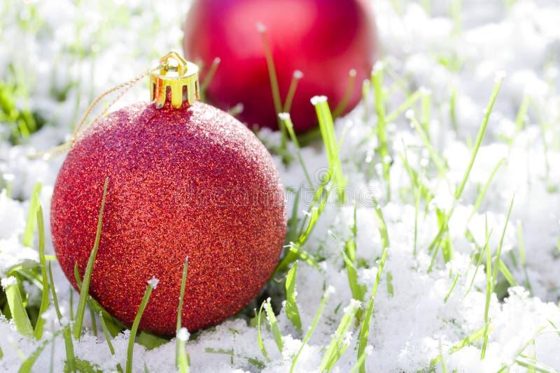 Rote Weihnachtskugeln mit Schnee stockbilder