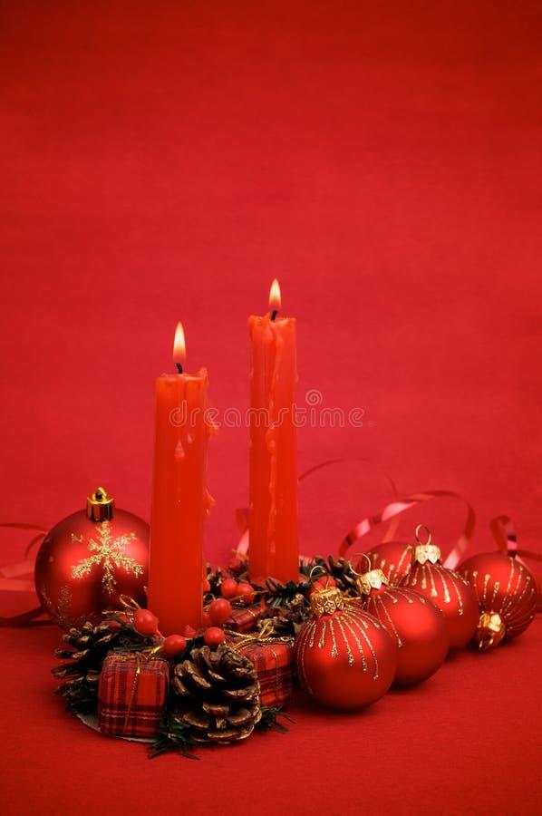 Rote Weihnachtskugeln und -kerzen stockfotos