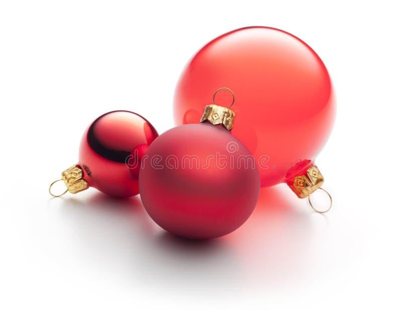 Rote Weihnachtsverzierungen getrennt lizenzfreie stockfotografie