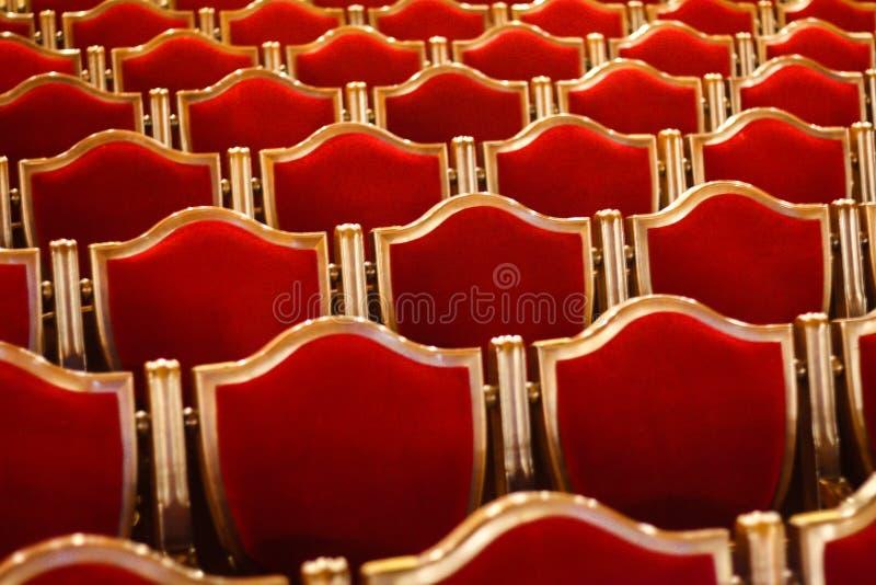 Rote Weinlesestühle im Theater stockfotos