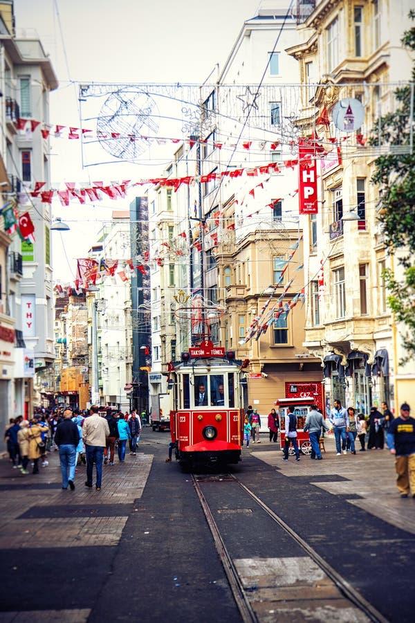 Rote Weinlesetram in Istanbul, die Türkei stockfoto