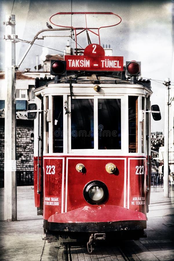 Rote Weinlesetram in Istanbul mit Filter traf zu stockfoto